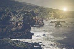 在海洋的峭壁在毛伊夏威夷 库存图片