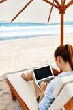 在海滩的工作 研究在网上膝上型计算机的女商人户外 免版税图库摄影