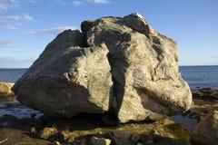 在海滩的巨型岩石在长岛海湾,康涅狄格 免版税库存图片
