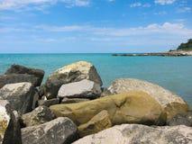 在海滩的巨大的岩石谎言 免版税库存照片