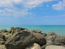 在海滩的巨大的岩石谎言 图库摄影