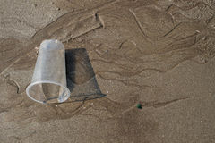 在海滩的布朗沙子与玻璃纹理。 库存图片