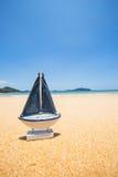 在海滩的帆船模型 库存图片