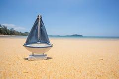 在海滩的帆船模型 免版税库存照片