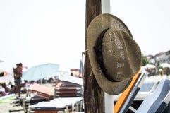 在海滩的帽子 库存图片