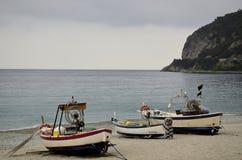 在海滩的干燥渔船 图库摄影