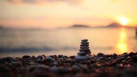 在海滩的平衡石头 给蒲公英领域开花的长发头脑和平松弛白人妇女年轻人穿衣 平衡生活 加州 股票视频