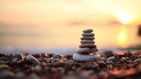 在海滩的平衡石头 给蒲公英领域开花的长发头脑和平松弛白人妇女年轻人穿衣 平衡生活 加州 影视素材