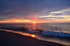 在海洋的平静的日出 图库摄影