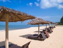 在海滩的床 免版税库存图片