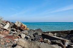 在海滩的废弃物 免版税图库摄影
