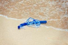 在海滩的废气管面具 免版税库存照片
