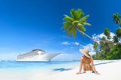 在海滩的弛豫时间 免版税库存图片