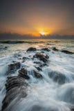 在海洋的强的波浪日出的 库存照片