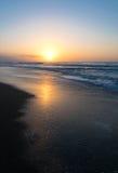 在海滩的微明 免版税库存图片