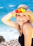 在海滩的微笑的女性画象 图库摄影