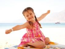 在海滩的微笑的孩子 免版税图库摄影