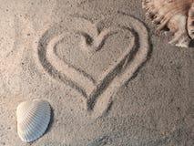在海滩的心脏标志 库存图片