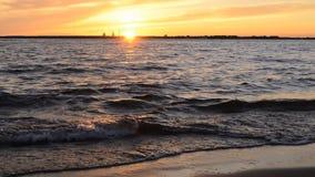 在海滩的快行波浪 股票录像