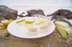 在海滨的快餐用乳酪香蕉 免版税库存照片