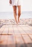 在海滩的性感的妇女步行 库存图片