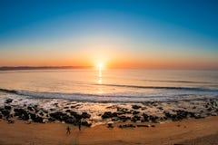 在海滩的惊人的日出 免版税库存图片