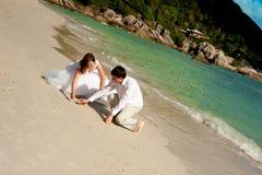 在海滩的愉快和爱 免版税库存照片