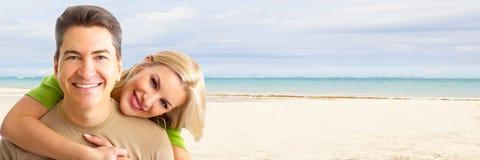 在海滩的愉快的夫妇。 免版税图库摄影