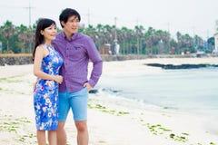 在海滩的愉快的夫妇戏剧, 图库摄影