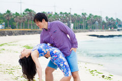 在海滩的愉快的夫妇戏剧, 免版税图库摄影