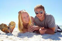在海滩的愉快的夫妇 图库摄影