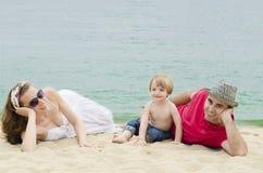 在海滩的愉快的家庭 免版税库存照片
