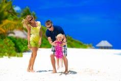 在海滩的愉快的家庭 图库摄影