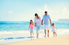 在海滩的愉快的家庭 免版税库存图片