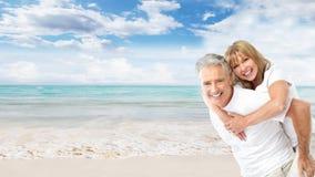 在海滩的愉快的资深夫妇。 免版税库存图片