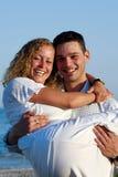 在海滩的愉快的年轻夫妇 库存图片