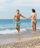 在海滩的成人夫妇 库存图片