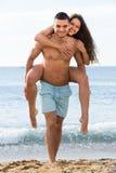 在海滩的成人夫妇 免版税库存图片