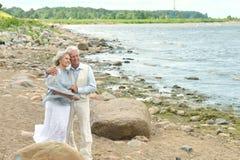 在海滩的成熟夫妇 库存图片