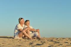在海滩的成熟夫妇 免版税库存照片