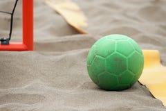 在海滩的手球球 免版税库存照片