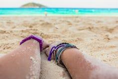 在海滩的手 免版税库存图片