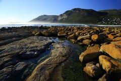 在海滨的扭转的岩石 免版税图库摄影