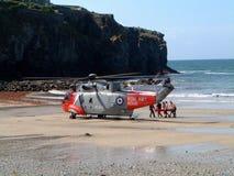 在海滩的抢救直升机在圣艾格尼丝康沃尔郡 免版税库存图片