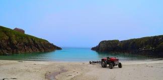 在海滩的拖拉机 库存照片