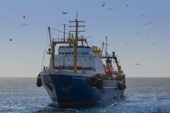 在海洋的拖网渔船渔 免版税库存照片