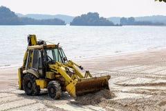在海滩的挖掘者 免版税库存图片