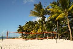 在海滩的排球场 免版税库存图片