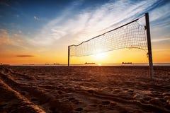 在海滩的排球网和日出 免版税库存图片