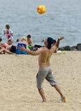 在海滩的排球 库存图片